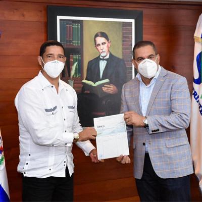Superintendencia de Pensiones realiza aporte al hospital Dr. Ángel Contreras Mejías de Monte Plata para combatir el Covid-19 en ese municipio.